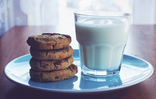 beverage-chocolate-chip-cookies-delicious-1325467